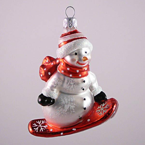 Schneemann mit rotem Snowboard